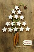 Tannenbaum aus Zimtsternen und Zimtstangen als Weihnachtsdekoration