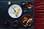 Frühstücksbuffet im Hotel mit Kaffee, Müsli, Obst und Huitlacoche-Omelett (Mexiko)