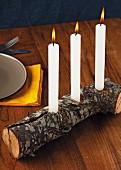 Holzstück als Kerzenhalter