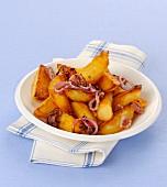 Geräucherte und gebratene Kartoffeln mit Zwiebel