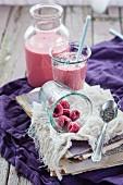 Veganer Himbeer-Smoothie mit Chiasamen in Flasche und Glas