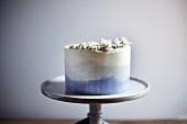 Earl-Grey-Kuchen auf Tortenständer