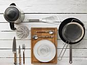 Küchenutensilien für die Zubereitung einer asiatischen Nudelpfanne
