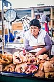 Peruanische Marktfrau verkauft Fleisch und Geflügel am San Camilo Markt (Mercado San Camilo) in Arequipa, Peru, Südamerika
