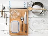 Küchenutensilien für die Zubereitung von Tandoori-Hähnchen vom Grill