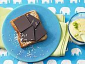 Schokoladen-Toast mit Mangojoghurt