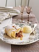 Apfel-Kirsch-Strudel mit Vanilleeis
