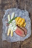 Kartoffelwaffeln mit Spargel, Roastbeef und Eiersoße