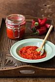 Rote Paprikasauce türkische Art und Chilischoten