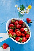 Frische Erdbeeren im Schälchen