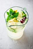 Zitronenlimonade im Glaskrug