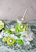 Gurken-Kiwi-Drink mit Strohhalm im Glas