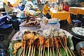 Hähnchenspiesse in einem Strassenrestaurant in Vientiane, Laos