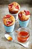 Zimtmuffins mit Erdbeeren und Ahornsirup