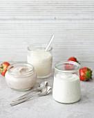 Verschiedene aromatisierte Joghurts in Gläsern