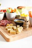 Snack-Platte mit Käse, Wurst und Gemüse