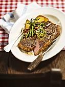 Gebratenes Ochsenlendensteak mit Kräuterbutter & Speckbohnen