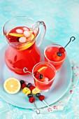 Himbeerlimonade in Glaskrug und Gläsern