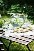 Waldmeisterbowle auf Gartentisch