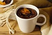 Warmes Schokoladendessert mit Trockenfrüchten in der Tasse