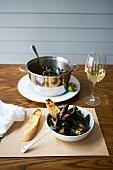 Muscheln mit gegrillter Limette, Sesam und Koriander, dazu Ciabattabrot und Weisswein