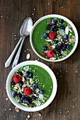 Grüne Smoothie Bowl mit Beeren, Nüssen und Samen