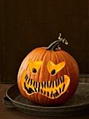 Ein Halloween-Kürbis mit gruseligem Gesicht