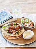 Hackbällchen mit Tabouleh, Hummus und Fladenbrot