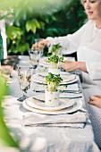 Festlich gedeckter Tisch im Freien dekoriert mit Kressetöpfen