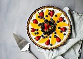 Joghurttarte ohne Backen mit frischen Beeren und Mango