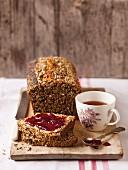 Kasten-Körner-Brot (nicht geknetet) mit Marmelade und eine Tasse Tee