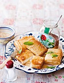 Feta in Filoteig mit Honig und Sesamsamen
