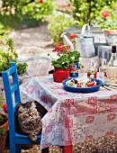 Klassischer griechischer Salat auf Tisch im Freien