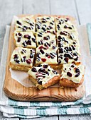 Cake topped with white chocolate, orange and lingonberries