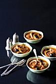 Calamari mit schwarzen Oliven in Tomatensauce