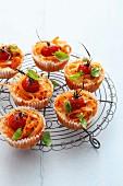 Muffins mit Nudeln, Tomaten und Basilikum
