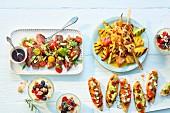 Verschiedene Gerichte und Häppchen für die Sommerparty