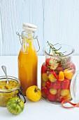 Tomatenketchup, süss-sauer eingelegte Kirschtomaten und Tomatenrelish