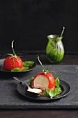 Tomatenmousse im Geleemantel mit Basilikumpesto
