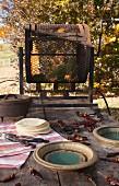 Chili in Röstgerät auf rustikalem Holztisch im Freien