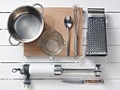 Verschiedene Küchenutensilien für die Zubereitung von Babybrei