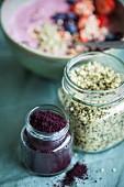 Hanf und Acaipulver in Gläsern als Zutaten für Superfood-Bowl