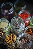 Verschiedene Zutaten für die Superfood-Küche in Schraubgläsern