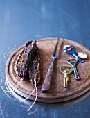 Biltong (luftgetrocknetes Fleisch, Südafrika) auf Holzbrett