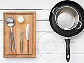 Küchengeräte für die Zubereitung eines Kräutersalats mit Ei