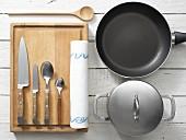 Küchenutensilien für die Zubereitung vom Gemüsegericht