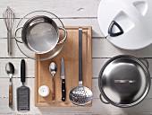 Küchenutensilien für die Zubereitung von Eier-Spargel-Salat