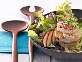 Eichblattsalat mit Kresse, Speck und Edelschimmelkäse