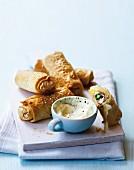 Filoteig-Röllchen mit grünem Spargel, Schinken und Camembert