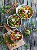 Sommerlicher Tomaten-Maissalat mit Röstbrotwürfeln und Kräutern